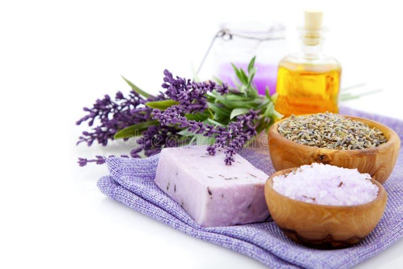 Lavendeltvål, salt för bad och stearinljus royaltyfri bild