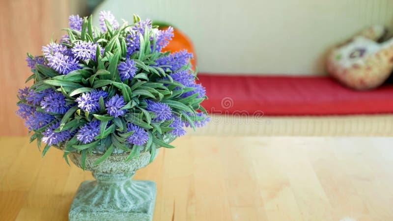 Lavendelvase im Wohnzimmer lizenzfreies stockfoto