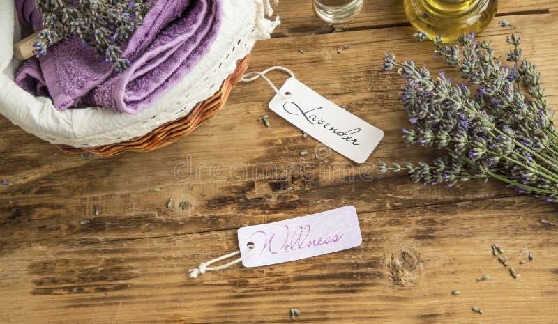 Lavendelwellness och brunnsortstilleben med etiketter, lavendelflowe royaltyfri bild