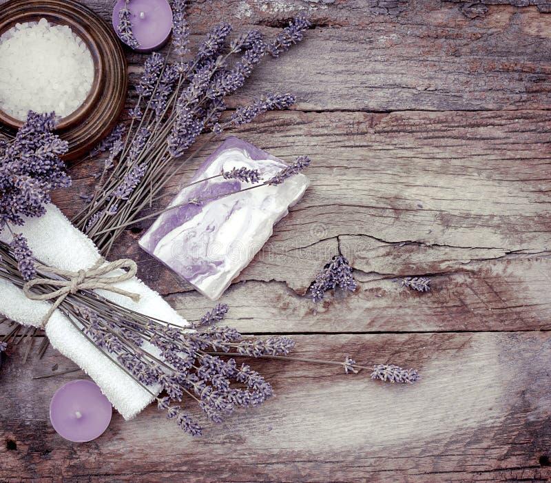 Lavendelzeep, bemerkte zout en kuuroordstenen - Kuuroordbehandeling royalty-vrije stock foto's