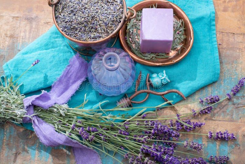 Lavendelzeep en parfumolie, van verse lavendelbloemen die wordt gemaakt, stock foto