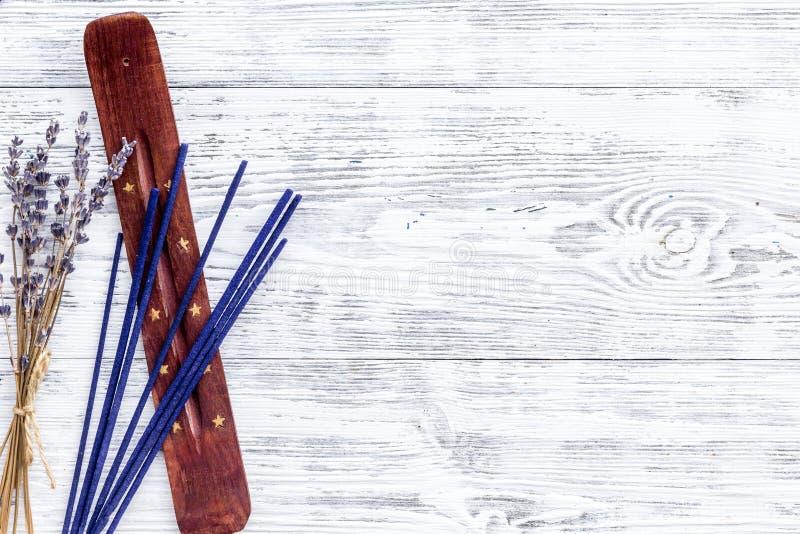 Lavender διασκορπιστής αρώματος για τη φρεσκάδα αέρα στο άσπρο ξύλινο πρό στοκ εικόνες με δικαίωμα ελεύθερης χρήσης