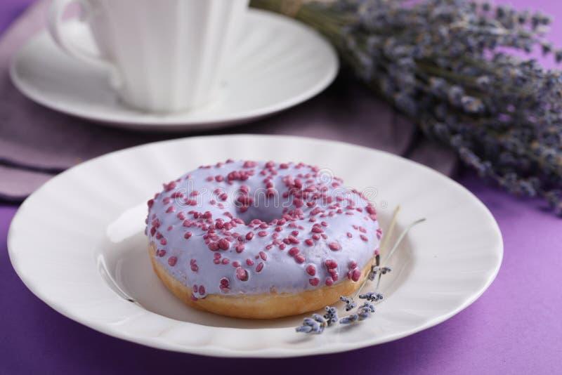 Lavender τσάι και lavender doughnut στοκ φωτογραφία με δικαίωμα ελεύθερης χρήσης