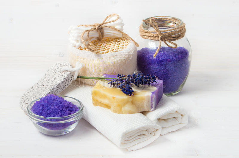 Lavender χειροποίητα σαπούνι και εξαρτήματα για την προσοχή σωμάτων στοκ εικόνα με δικαίωμα ελεύθερης χρήσης