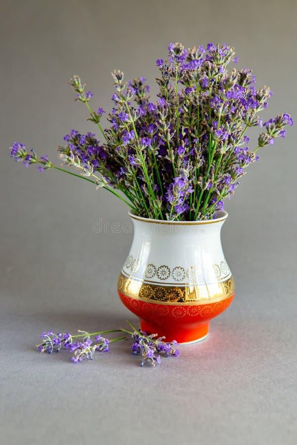 Lavender bouquet no vaso foto de stock royalty free