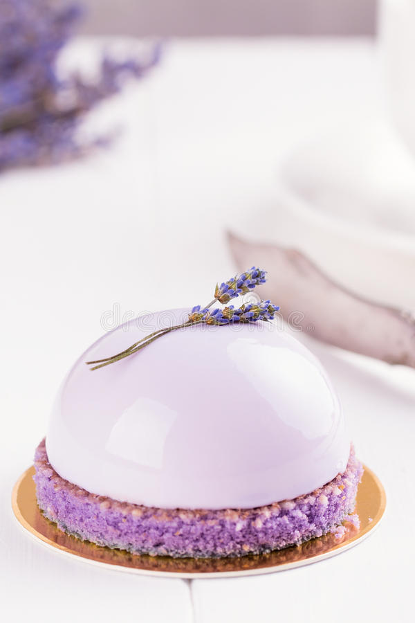 Lavender mousse κέικ στοκ εικόνα