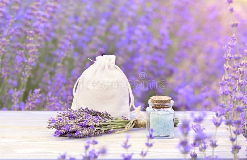 Lavenderzout in de fles met druppelaar op het grijze houten bureau Horizontale close-up Huidverzorgingscrème royalty-vrije stock foto's