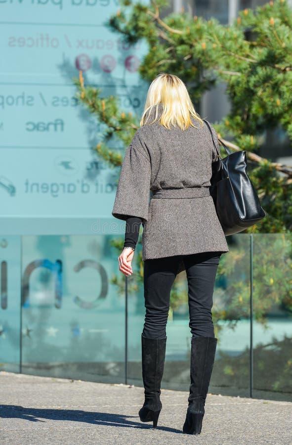 Laverteidigung, Frankreich 10. April 2014: Porträt einer Geschäftsfrau, die mit Tasche auf einer Straße geht Sie schaut sehr zufä lizenzfreies stockbild