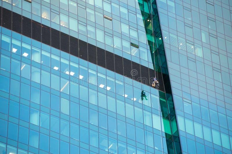 Laveurs de vitres au travail photographie stock libre de droits