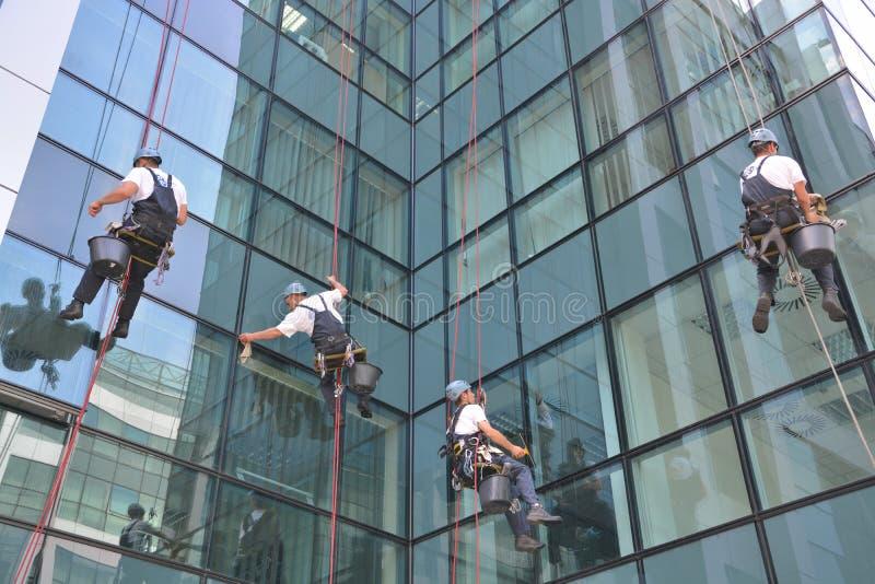 Laveurs de vitres sur l'immeuble de bureaux, photo prise 20 05 2014 image stock