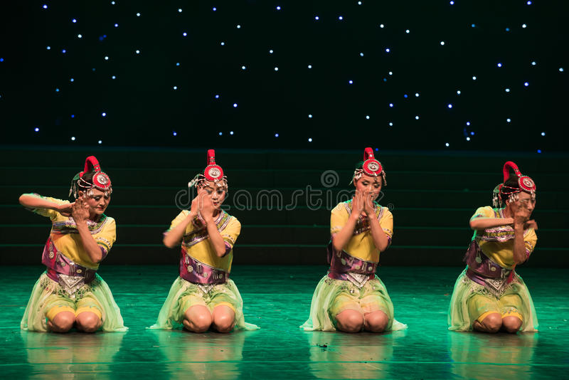 Lavez-en rivière banque-la danse folklorique coutume-chinoise de nationalité images libres de droits