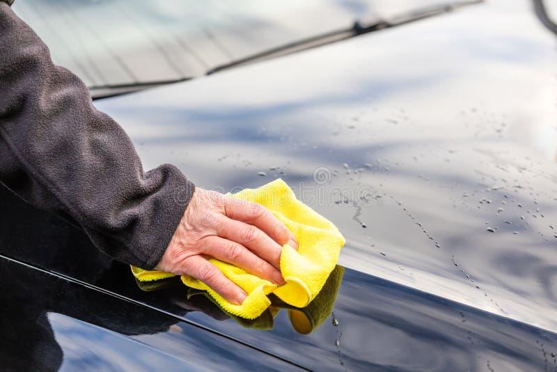 Lavez la voiture avec du chiffon images libres de droits