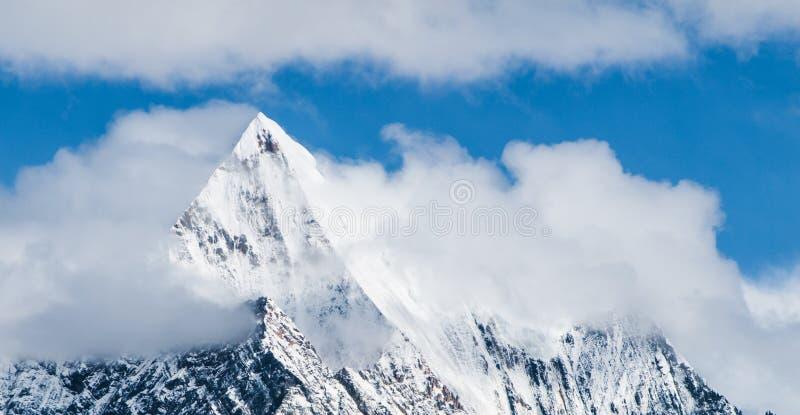 lavinavbrottslocket l5At vara berg det klar höger kupa skinna lutningssnowtoppmötet till överkanten Högt snöig maximum av Himalay royaltyfri foto