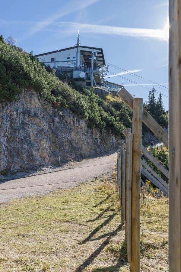 Lavinskydd på lodlinjen för station för kabelbil arkivbild
