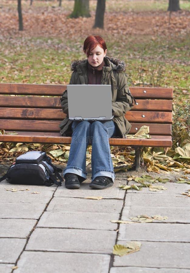 Lavorando ad un computer portatile fotografia stock