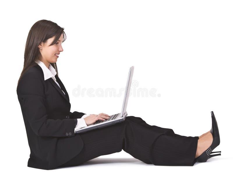 Lavorando ad un computer portatile immagine stock