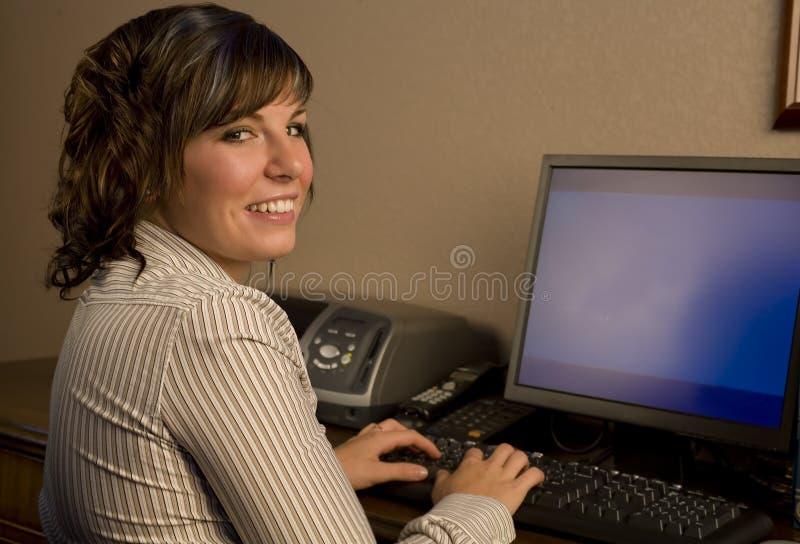 Lavorando al calcolatore fotografie stock libere da diritti