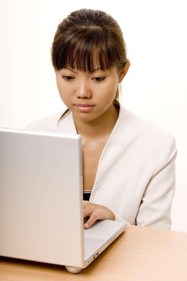 Lavorando al computer portatile 2 immagine stock libera da diritti
