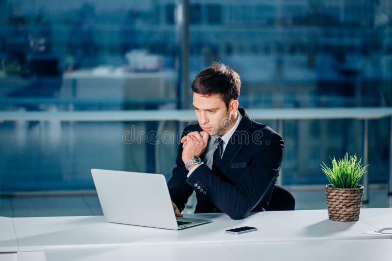 Lavorando al computer portatile del computer online, uomo d'affari, persona che usando Internet di wifi immagini stock