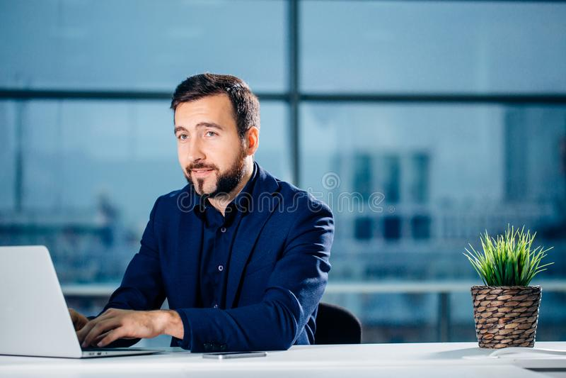 Lavorando al computer portatile del computer online, uomo d'affari, persona che usando Internet di wifi immagine stock libera da diritti