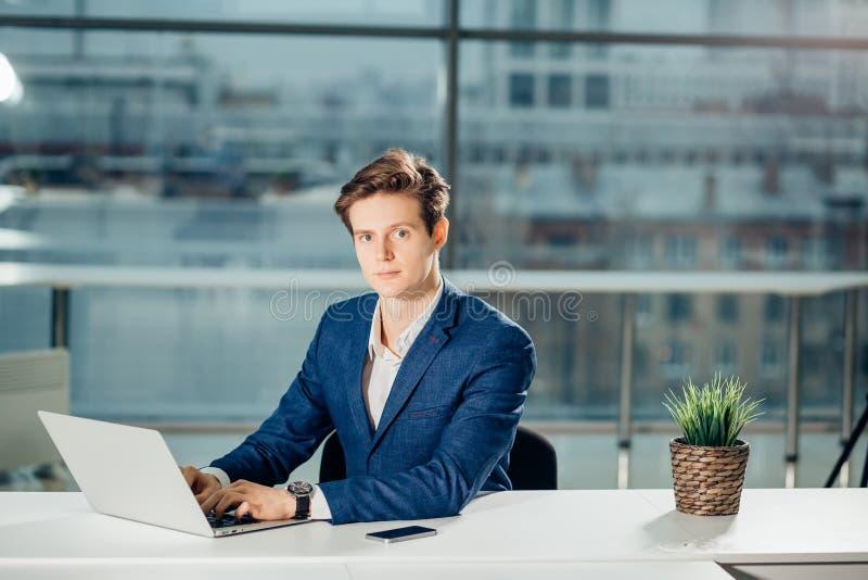 Lavorando al computer portatile del computer online, uomo d'affari, persona che usando Internet di wifi immagine stock