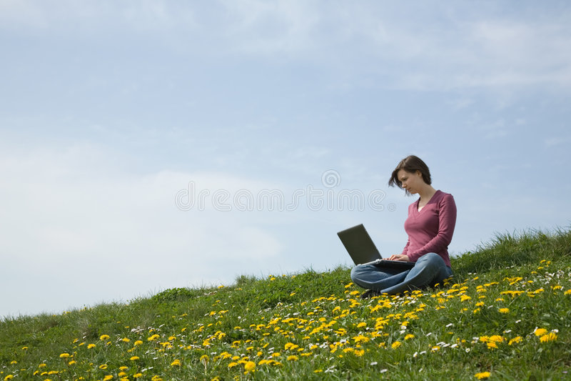 Lavorando al taccuino all'esterno fotografie stock libere da diritti
