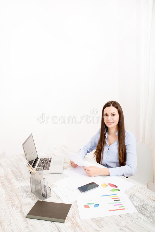 Lavorando all'ufficio immagine stock