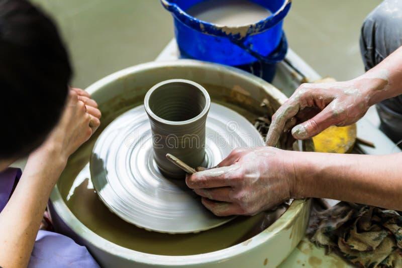Lavorando alla fine della ruota del ` s del vasaio immagine stock