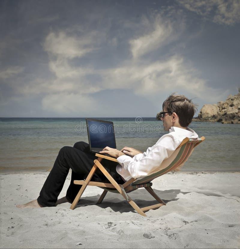 Lavorando alla spiaggia immagini stock libere da diritti