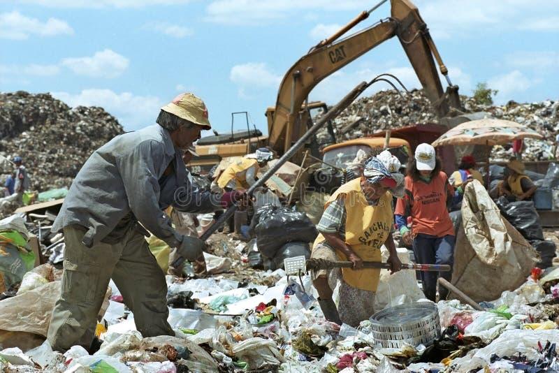 Lavorando alla strategia paraguaiana di sopravvivenza dello scarico di rifiuti fotografia stock libera da diritti