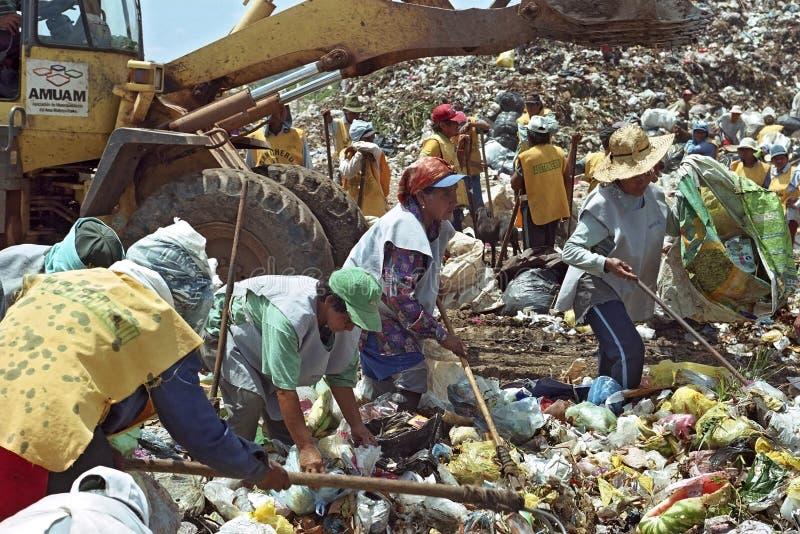 Lavorando alla strategia paraguaiana di sopravvivenza dello scarico di rifiuti immagini stock libere da diritti