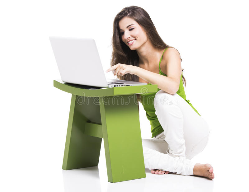 Lavorando a casa con un computer portatile fotografia stock libera da diritti