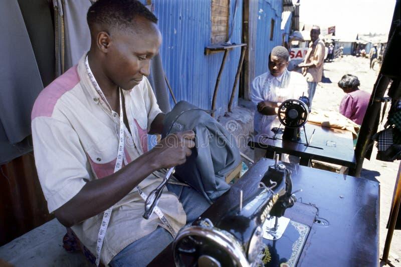 Lavorando come sarto in bassifondi keniani a Nairobi immagini stock libere da diritti