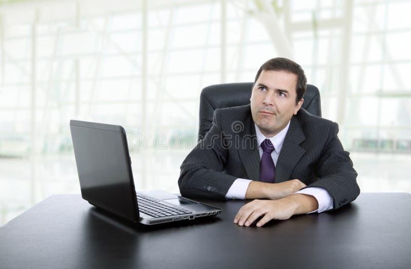Lavorando con è computer portatile fotografie stock libere da diritti