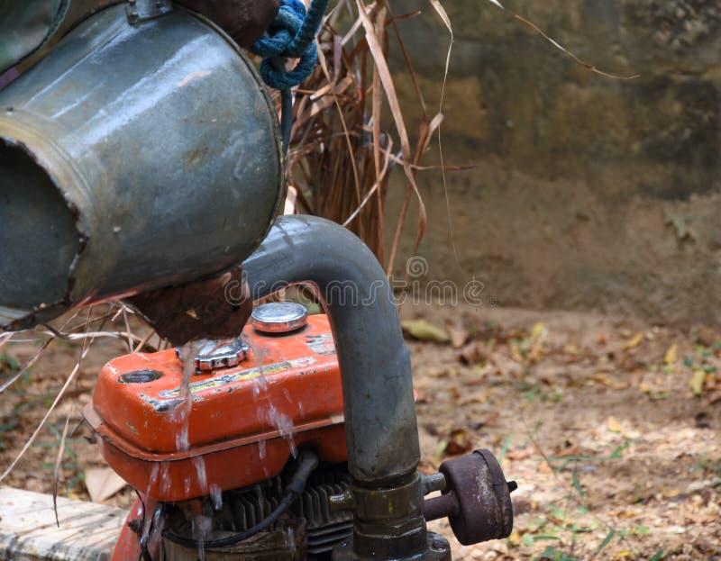 Lavorando con e vecchia pompa idraulica immagine stock libera da diritti