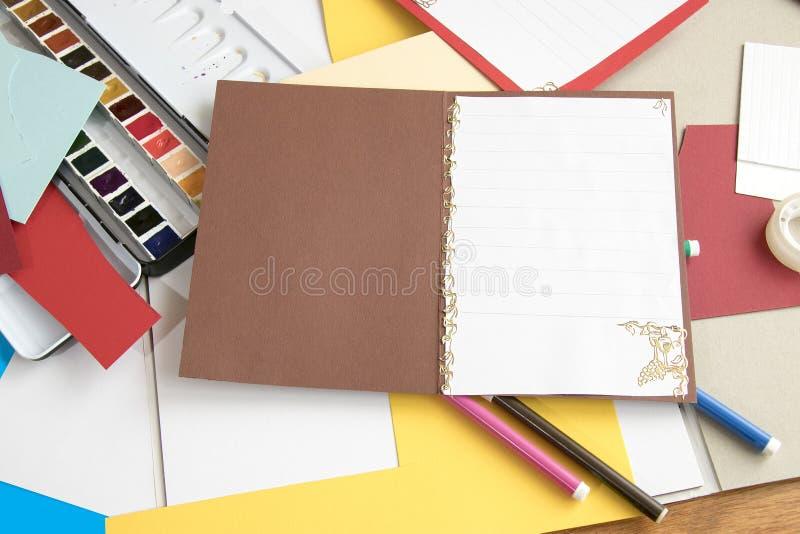 Lavorando con la carta immagini stock libere da diritti