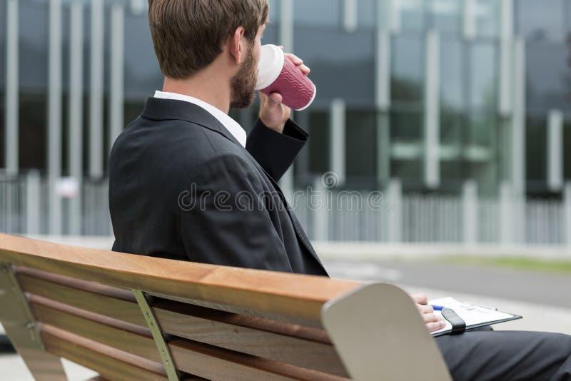 Lavorando con la tazza di caffè fotografia stock