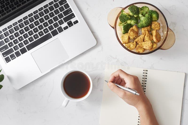Lavorando con una pausa caffè di giorno Con il riso del pranzo completato con il pollo in padella ed i broccoli, caffè Con il mio fotografie stock