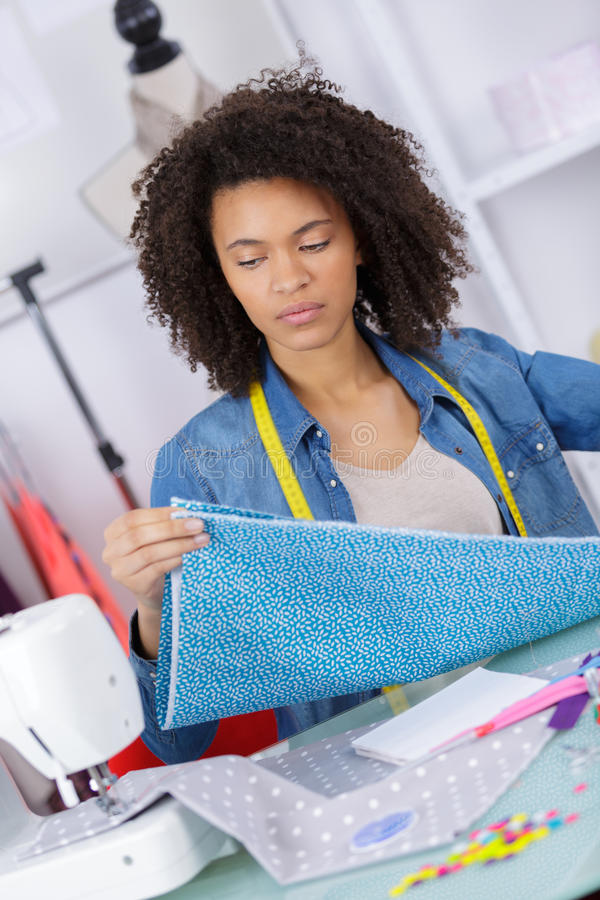 Lavorando dal sarto domestico sul lavoro immagine stock
