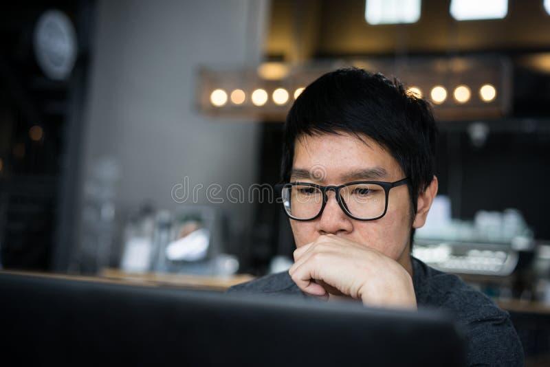 Lavorando nella caffetteria fotografia stock libera da diritti