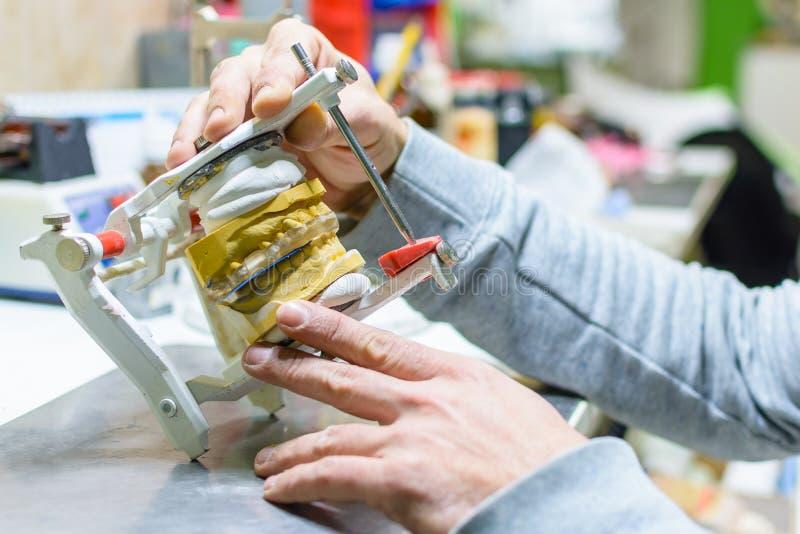 Lavorando in una protesi dentaria immagine stock libera da diritti