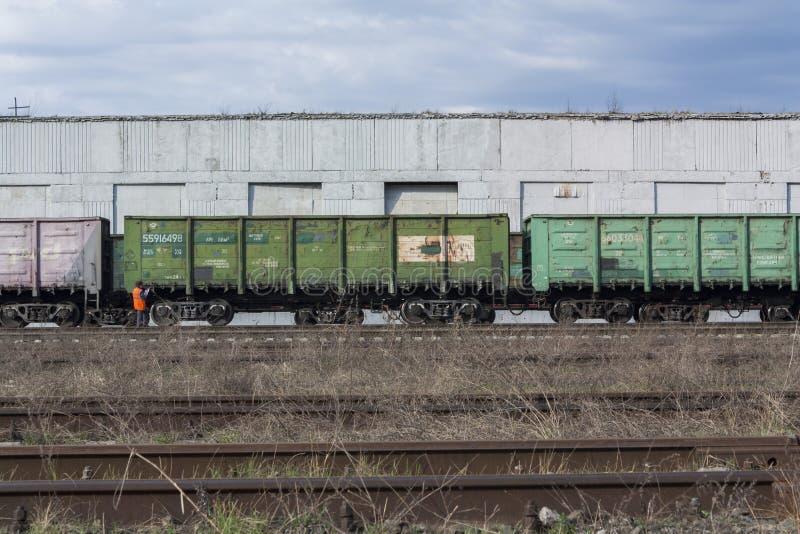 Lavoratore accanto ad un trasporto ferroviario immagine stock libera da diritti