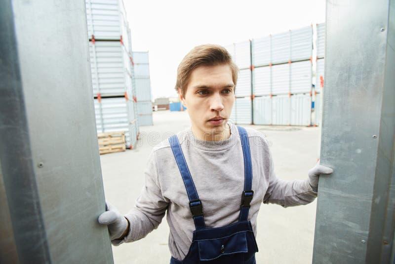 Lavoratore aggrottante le sopracciglia che accetta carico fotografia stock libera da diritti