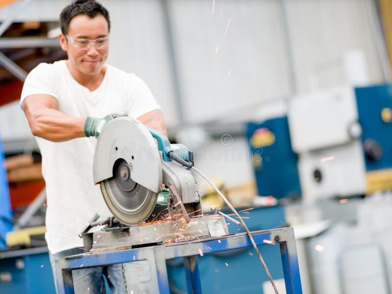 Lavoratore asiatico in impianto di produzione sul pavimento della fabbrica fotografia stock