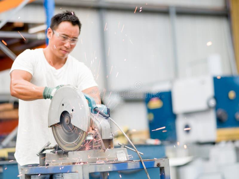 Lavoratore asiatico in impianto di produzione sul pavimento della fabbrica immagini stock