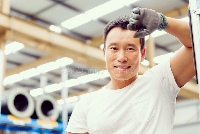 Lavoratore asiatico in impianto di produzione sul pavimento della fabbrica fotografie stock libere da diritti
