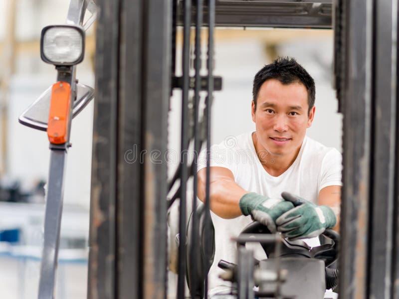 Lavoratore asiatico in impianto di produzione sul pavimento della fabbrica immagini stock libere da diritti