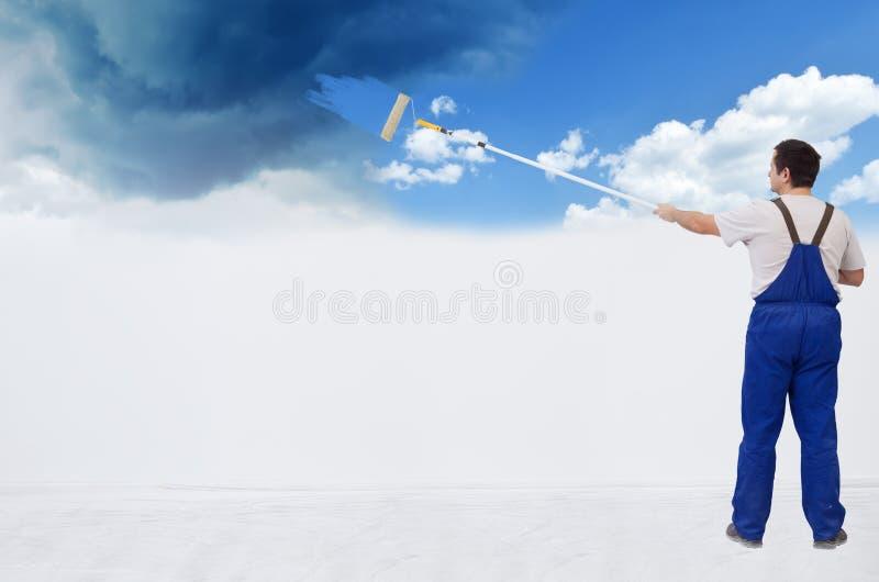 Lavoratore che dipinge la parete fotografia stock libera da diritti