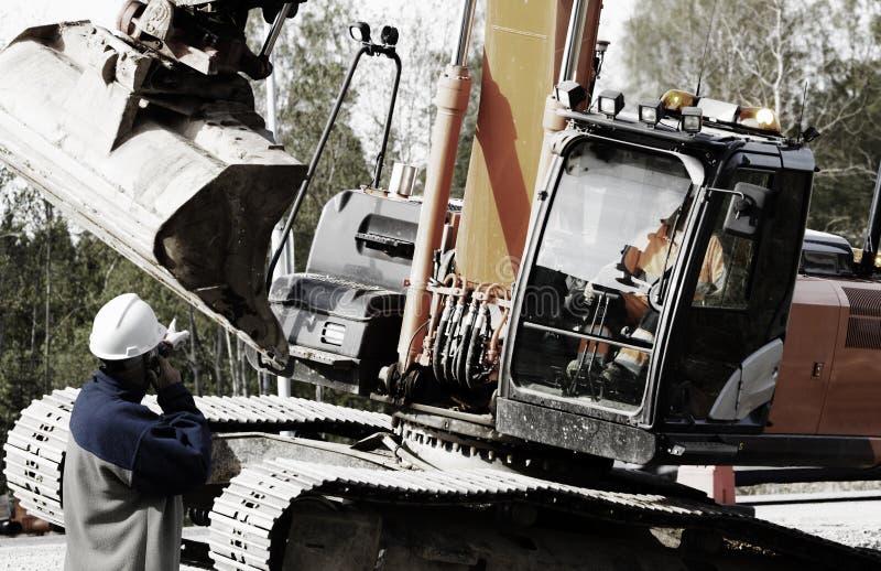 Lavoratore che dirige grande bulldozer immagine stock