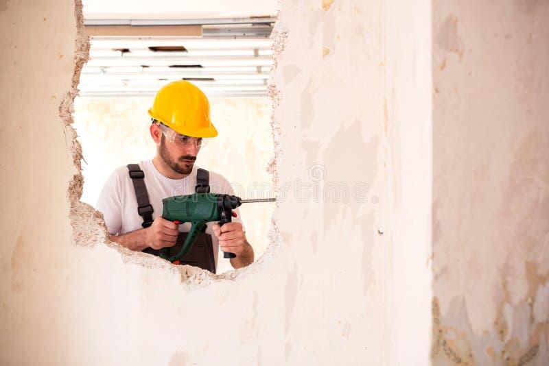 Lavoratore che indossa un casco protettivo giallo immagine stock libera da diritti